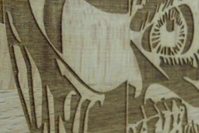 Detallierte Holzgravur, vertieft Lasergraviert